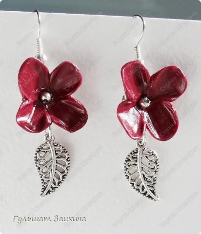 Шарики из цветочков, бусины-лэмпворк и серебряные швензы фото 6