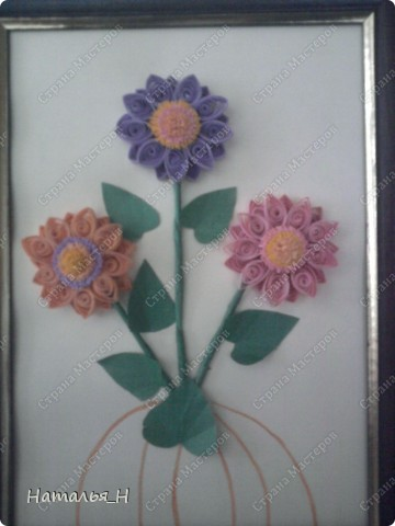 Заразила маму квиллингом :) Очень ей цветочки нравится, решила и сама попробовать, что это такое . Понравилось. И вот как получилось :) По моему довольно не плохо для первого раза :)) фото 2