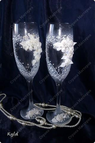 Решила вам показать свадебные бокалы украшенные мною . Очень благодарна за вдохновение Олесе Ф. и Саровочке, ее идея с птицами- просто великолепна. Смотрите что у меня получилось. фото 1