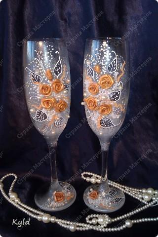 Решила вам показать свадебные бокалы украшенные мною . Очень благодарна за вдохновение Олесе Ф. и Саровочке, ее идея с птицами- просто великолепна. Смотрите что у меня получилось. фото 3