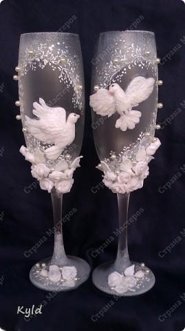 Решила вам показать свадебные бокалы украшенные мною . Очень благодарна за вдохновение Олесе Ф. и Саровочке, ее идея с птицами- просто великолепна. Смотрите что у меня получилось. фото 6