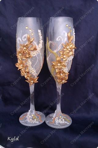 Решила вам показать свадебные бокалы украшенные мною . Очень благодарна за вдохновение Олесе Ф. и Саровочке, ее идея с птицами- просто великолепна. Смотрите что у меня получилось. фото 10