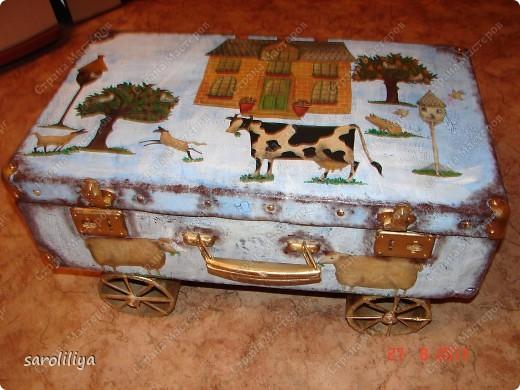 Вот такой чемодан у меня получился, а как я его оформила описываю ниже: фото 1