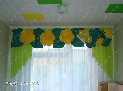 """Сделала в садик для дочки ламбрикен с цветочками ,так как группа называется """"КВІТОЧКА"""". Потолочную плитку специально сделали местами цветной - это моя, так сказать , дизайнерская идея - воспитатели поддержели. фото 1"""