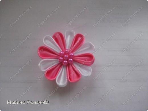 Это мой первый опыт в изготовлении канзаши. Не придумала ничего лучшего, как прикрепить цветочек к магнитику....