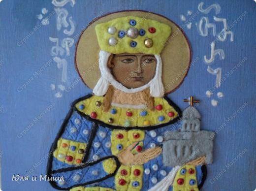 В этой иконе мы объединили две техники - лепка соленым тестом и декорирование бисером (аппликация). Лицо - распечатка на принтере. Раскрашивали масляными красками. Работа еще не покрыта лаком. Делали вместе с мужем. Я начинала, он заканчивал. Мишиной рукой написаны старогрузинские буквы, выложен крест на церкви.   Теперь немного о самой Тамар.   День памяти царицы Тамары (груз.- Тамар мепе) в Грузии - Тамароба. Отмечается как национальный праздник. Родилась около 1165 года (в других источниках указан 1178 г.). Она происходила из древней грузинской династии Багратидов и с 1178 года являлась соправительницей своего отца, Георгия III.  фото 2