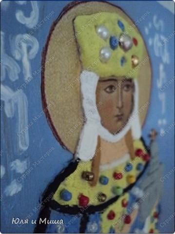 В этой иконе мы объединили две техники - лепка соленым тестом и декорирование бисером (аппликация). Лицо - распечатка на принтере. Раскрашивали масляными красками. Работа еще не покрыта лаком. Делали вместе с мужем. Я начинала, он заканчивал. Мишиной рукой написаны старогрузинские буквы, выложен крест на церкви.   Теперь немного о самой Тамар.   День памяти царицы Тамары (груз.- Тамар мепе) в Грузии - Тамароба. Отмечается как национальный праздник. Родилась около 1165 года (в других источниках указан 1178 г.). Она происходила из древней грузинской династии Багратидов и с 1178 года являлась соправительницей своего отца, Георгия III.  фото 1