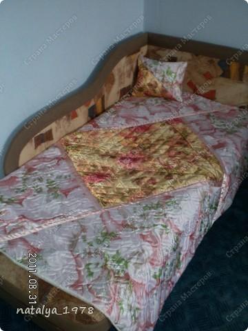 Через неделю у дочки День Рождения,это ей подарок! Одеяло сшила из обрезков простеганного синтепона.Раскроила на треугольники и внахлест сшила,швы отстрочила атласными лентами. фото 1