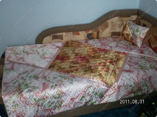 Через неделю у дочки День Рождения,это ей подарок! Одеяло сшила из обрезков простеганного синтепона.Раскроила на треугольники и внахлест сшила,швы отстрочила атласными лентами. фото 2