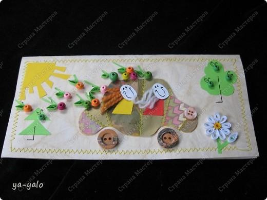 """Это тоже странная открытка))) Совсем нетрадиционная. Детская. У моего младшего внука скоро день рождения. И я сделала открытку - имитацию детского рисунка, где все ему знакомо: любимые машинки (которые все время рисует его старший брат), солнышко, как и положено в уголочке, деревце, елочка, цветочек....  Ну, а чтобы и мне, и его маме было интересно на эту открытку смотреть, машинку сделала """"лоскутную"""" (пэчворк я обожаю))),  наполнила её доверху яблоками и посадила туда улыбающихся до ушей пасажиров, с развеваюшимися от стемительного движения волосами фото 1"""