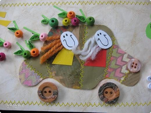 """Это тоже странная открытка))) Совсем нетрадиционная. Детская. У моего младшего внука скоро день рождения. И я сделала открытку - имитацию детского рисунка, где все ему знакомо: любимые машинки (которые все время рисует его старший брат), солнышко, как и положено в уголочке, деревце, елочка, цветочек....  Ну, а чтобы и мне, и его маме было интересно на эту открытку смотреть, машинку сделала """"лоскутную"""" (пэчворк я обожаю))),  наполнила её доверху яблоками и посадила туда улыбающихся до ушей пасажиров, с развеваюшимися от стемительного движения волосами фото 2"""