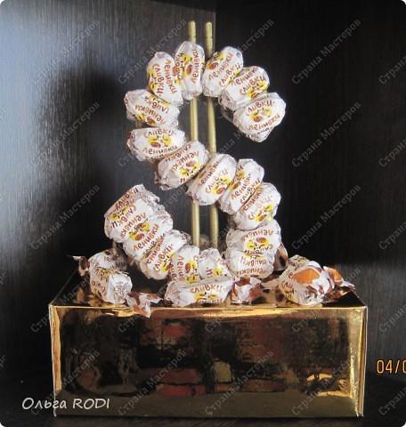 """Всем доброго времени суток! Вот такой подарочек соорудила очередной бессонной ночью любимому мужу-сладкоежке на день рождения. Кроме сливок-ленивок, других конфет в доме не было, поэтому """"я его слепила из того что было"""". Это я про доллар, конечно. А золотой кирпичик - это коробка из под телефона, обклеенная золотым картоном, который я бессовестно утащила у дочки, пока она спала. Коробочка-кирпичик открывается, внутрь можно положить какой-нибудь сюрприз...."""