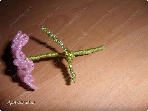 У моих цветочков лепестки гиацинта,листочки розы(правда у розы помойму больше листочков а у гиацинта меньше лепесточков!)!В качестве вазочки я взяла маленький стаканчик украсила золотой ленточкой,и на дно насыпала совсем немножечко бусинок!Ну вобщем Вот!А свои цветочки я назвала брилианиты! фото 3