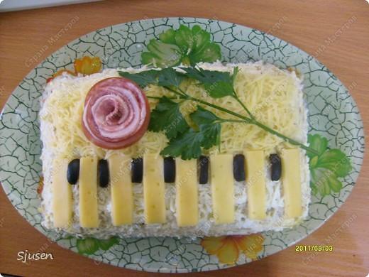 """Порадовала сегодня гостей вот таким салатиком, хочу поделиться своей находкой и с вами)) Называется """"Рояль"""", ну или как дочка сказала """"Фортепиано""""."""