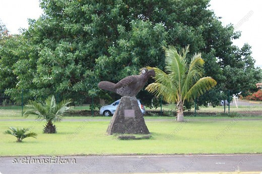 Прилетели мы на Остров Пасхи.  В 1966 году единственный аэропорт острова Матавери стал базой американских военно-воздушных сил, а в 1986 году он был реконструирован НАСА для возможных аварийных посадок американских «Шаттлов», поэтому это один из самых отдалённых аэропортов мира, способный принимать самолёты большой вместимости. В связи с резким притоком туристов на острове ведётся активное строительство, а сам туризм стал основным источником доходов для местных жителей (однако общая численность туристов не так велика).  Встречали нас очаровательные девушки и девочки, которые танцевали народный танец и всем на шею повесили очаровательные бусы из свежих цветов.  фото 5