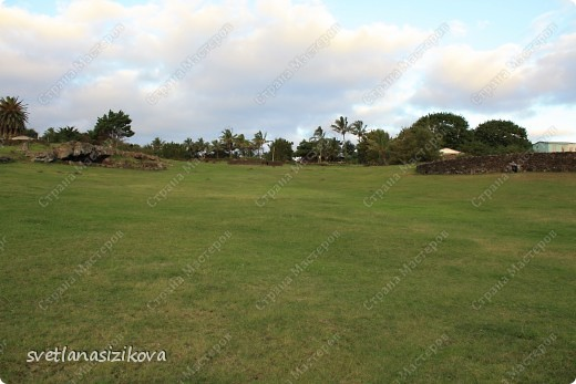 Прилетели мы на Остров Пасхи.  В 1966 году единственный аэропорт острова Матавери стал базой американских военно-воздушных сил, а в 1986 году он был реконструирован НАСА для возможных аварийных посадок американских «Шаттлов», поэтому это один из самых отдалённых аэропортов мира, способный принимать самолёты большой вместимости. В связи с резким притоком туристов на острове ведётся активное строительство, а сам туризм стал основным источником доходов для местных жителей (однако общая численность туристов не так велика).  Встречали нас очаровательные девушки и девочки, которые танцевали народный танец и всем на шею повесили очаровательные бусы из свежих цветов.  фото 37