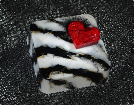 """Диоксид титана, черный пигмент, золотой пигмент, масляный пищевой краситель (Сочная клубника), масло миндаля сладкого, аромат """"Миндаль"""". Все полоски залиты слоями до основания (так и будет смыливаться). фото 1"""