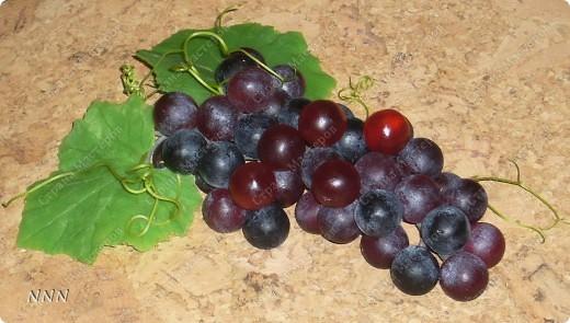 """Это настоящая гроздь, её можно взять в руку, ягодки не рассыпятся, каждая уверенно красуется на своем черешке, так же как и листики. Диоксид титана, масляные пищевые красители (Голубой лед, Сочная клубника, Зеленое яблоко, Солнечный лимон, Чёрная смородина, масло виноградных косточек, аромат """"Черный виноград"""" (ягодки), аромат """"Скошенный луг"""" (листья), усы винограда натуральные, природные."""