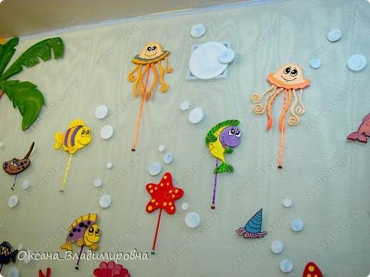 Оформляем приемную в детском саду.  Стена для детских рисунков.  фото 11