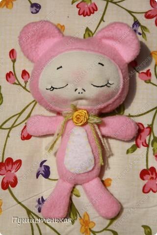 Спящая лялька Алиска! Рост 21см. осталась только розовая. может быть желтой или сине-фиолетовой. По не известной мне причине сводит с ума маленьких девочек, они с дикими визгами тискают ее прижимают к груди и тихо посмеиваются))))