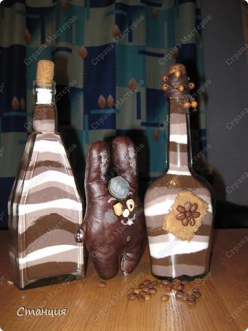 """Привет всем жителям СМ! Вот показываю своих наконец-то доделанных шоколадиков:) Бутылочки тут для маскировки))) Та, что слева, на момент фотосессии немного """"недодел"""". Но вернемся мы к зайцам. фото 1"""
