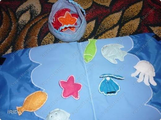 Для своей дочери я сделала вот такую книжку-рыбалку. Идею взяла из японских журналов по рукоделию. В кармашке живут морские обитатели. фото 4