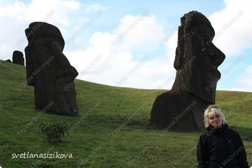 Начинается вторая часть нашего знакомства с Островом Пасхи. Это Рано-Рараку— одно из наиболее интересных мест для туристов. У подножия этого вулкана расположено около 300 моаи, различной высоты и на разной стадии готовности.  фото 5