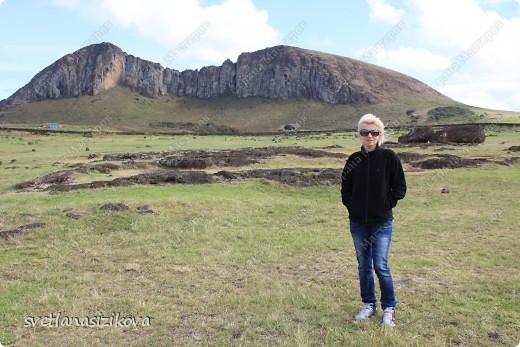Начинается вторая часть нашего знакомства с Островом Пасхи. Это Рано-Рараку— одно из наиболее интересных мест для туристов. У подножия этого вулкана расположено около 300 моаи, различной высоты и на разной стадии готовности.  фото 10