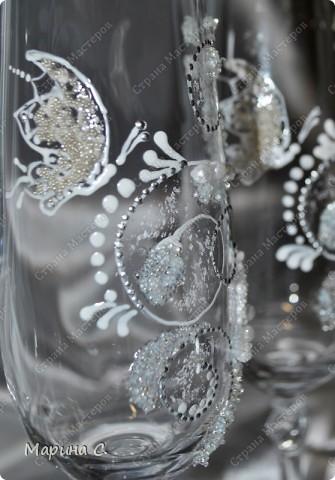 Привет всем. Продолжаю заниматься росписью бокалов. Этот вариант - роспись и использование хрустальной пасты + бульонки (микробисер). фото 4