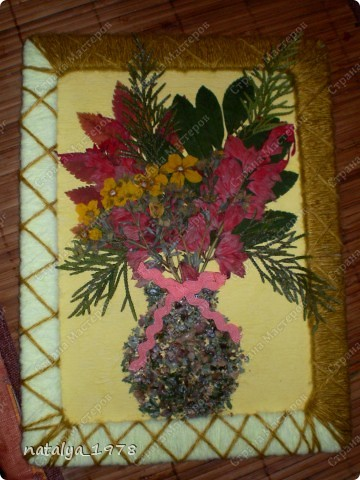 Такой осенний букет сделали с сыном в садик. Рамочку сделали из старой обложки,вырезали и обмотали нитками.Для букета использовали сухие листья и цветы. фото 1