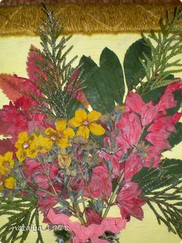 Такой осенний букет сделали с сыном в садик. Рамочку сделали из старой обложки,вырезали и обмотали нитками.Для букета использовали сухие листья и цветы. фото 2