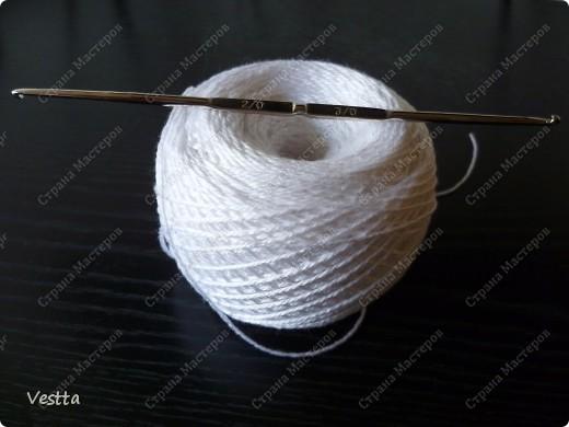 Бактус вязала  по схеме шали, найденной в интернете. Схемка отсюда: http://crochetclub.net/blog/2010/05/13/shal-persikovogo-cveta/ Здесь укрупнённая схема: http://crochetclub.net/blog/wp-content/uploads/2010/05/shemi_vyazaniya_persikovoy_shali.jpg Идею с пуговкой взяла у lenka_lento4ka отсюда: http://stranamasterov.ru/node/236253?c=new_1711 Моя пуговка - это обвязанная бусинка. фото 5