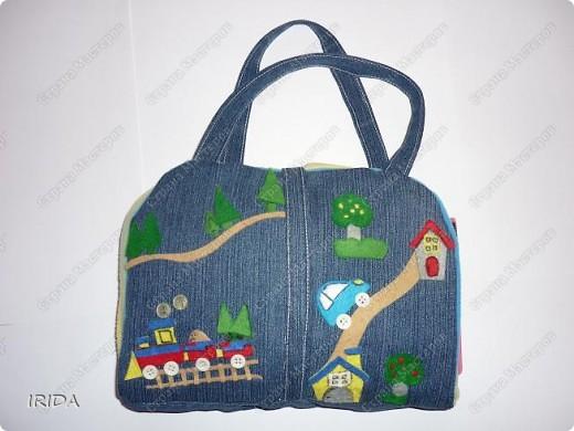 Летом я подарила дочке еще одну сумку - развивалочку. Она содержит в себе игры, интересные деткам с двух лет. Спереди я украсила сумку аппликацией из фетра. Дочка рассказывает и показывает на чем можно доехать к бабушке. фото 1