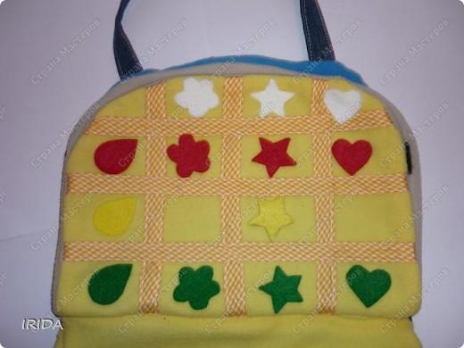 Летом я подарила дочке еще одну сумку - развивалочку. Она содержит в себе игры, интересные деткам с двух лет. Спереди я украсила сумку аппликацией из фетра. Дочка рассказывает и показывает на чем можно доехать к бабушке. фото 10