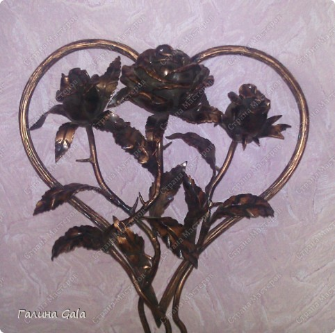 Хочу похвалится тем, что у меня есть на подоконнике.  Это можно сказать валентинка, мне муж ее сделал и подарил. Висит она конечно не на подоконнике, но всетаки это цветы, хоть и из металла. фото 1