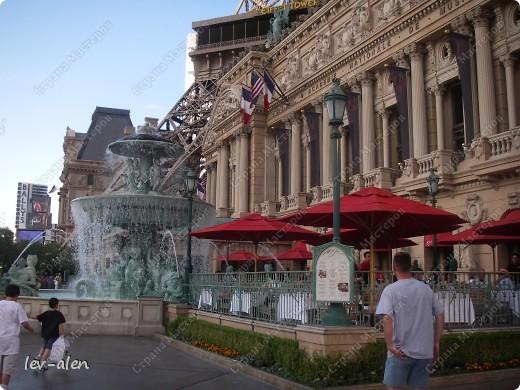Как вы думаете, такое возможно? Вполне, причем проснувшись в Париже можно неспеша дойти на обед в Нью-Йорк, заглянув в Венецию, а затем отправится на пиратский остров. Я решила поделиться с вами рассказом об очень интересном городе, о котором слышали практически все. Это город-праздник, индустрия развлечений, и столица игорного бизнеса Лас-Вегас. фото 4