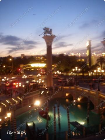 Как вы думаете, такое возможно? Вполне, причем проснувшись в Париже можно неспеша дойти на обед в Нью-Йорк, заглянув в Венецию, а затем отправится на пиратский остров. Я решила поделиться с вами рассказом об очень интересном городе, о котором слышали практически все. Это город-праздник, индустрия развлечений, и столица игорного бизнеса Лас-Вегас. фото 30