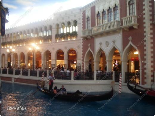 Как вы думаете, такое возможно? Вполне, причем проснувшись в Париже можно неспеша дойти на обед в Нью-Йорк, заглянув в Венецию, а затем отправится на пиратский остров. Я решила поделиться с вами рассказом об очень интересном городе, о котором слышали практически все. Это город-праздник, индустрия развлечений, и столица игорного бизнеса Лас-Вегас. фото 34