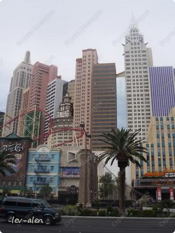 Как вы думаете, такое возможно? Вполне, причем проснувшись в Париже можно неспеша дойти на обед в Нью-Йорк, заглянув в Венецию, а затем отправится на пиратский остров. Я решила поделиться с вами рассказом об очень интересном городе, о котором слышали практически все. Это город-праздник, индустрия развлечений, и столица игорного бизнеса Лас-Вегас. фото 41