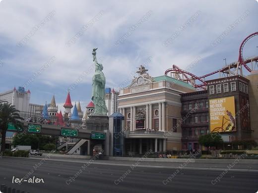 Как вы думаете, такое возможно? Вполне, причем проснувшись в Париже можно неспеша дойти на обед в Нью-Йорк, заглянув в Венецию, а затем отправится на пиратский остров. Я решила поделиться с вами рассказом об очень интересном городе, о котором слышали практически все. Это город-праздник, индустрия развлечений, и столица игорного бизнеса Лас-Вегас. фото 43