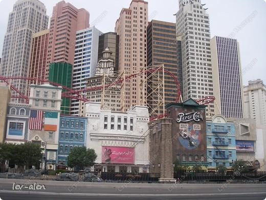 Как вы думаете, такое возможно? Вполне, причем проснувшись в Париже можно неспеша дойти на обед в Нью-Йорк, заглянув в Венецию, а затем отправится на пиратский остров. Я решила поделиться с вами рассказом об очень интересном городе, о котором слышали практически все. Это город-праздник, индустрия развлечений, и столица игорного бизнеса Лас-Вегас. фото 42