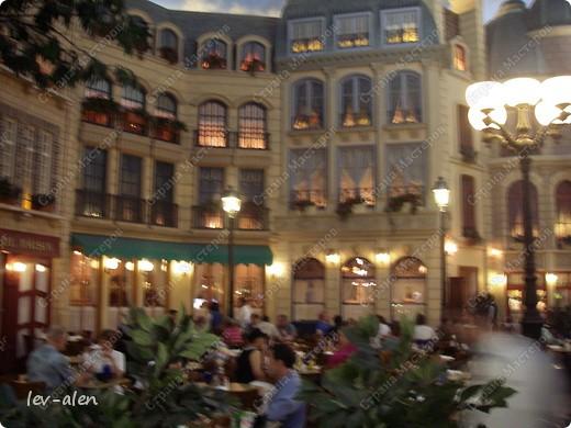 Как вы думаете, такое возможно? Вполне, причем проснувшись в Париже можно неспеша дойти на обед в Нью-Йорк, заглянув в Венецию, а затем отправится на пиратский остров. Я решила поделиться с вами рассказом об очень интересном городе, о котором слышали практически все. Это город-праздник, индустрия развлечений, и столица игорного бизнеса Лас-Вегас. фото 3