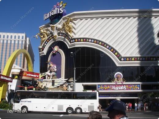 Как вы думаете, такое возможно? Вполне, причем проснувшись в Париже можно неспеша дойти на обед в Нью-Йорк, заглянув в Венецию, а затем отправится на пиратский остров. Я решила поделиться с вами рассказом об очень интересном городе, о котором слышали практически все. Это город-праздник, индустрия развлечений, и столица игорного бизнеса Лас-Вегас. фото 38