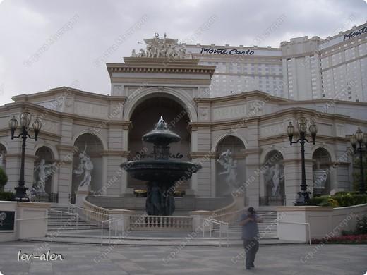 Как вы думаете, такое возможно? Вполне, причем проснувшись в Париже можно неспеша дойти на обед в Нью-Йорк, заглянув в Венецию, а затем отправится на пиратский остров. Я решила поделиться с вами рассказом об очень интересном городе, о котором слышали практически все. Это город-праздник, индустрия развлечений, и столица игорного бизнеса Лас-Вегас. фото 46