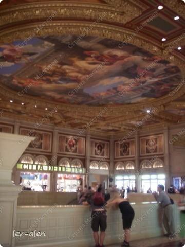 Как вы думаете, такое возможно? Вполне, причем проснувшись в Париже можно неспеша дойти на обед в Нью-Йорк, заглянув в Венецию, а затем отправится на пиратский остров. Я решила поделиться с вами рассказом об очень интересном городе, о котором слышали практически все. Это город-праздник, индустрия развлечений, и столица игорного бизнеса Лас-Вегас. фото 33