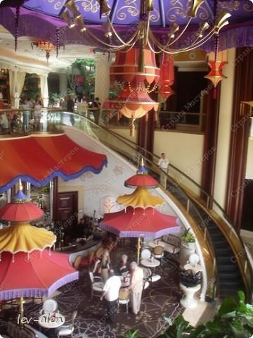 Как вы думаете, такое возможно? Вполне, причем проснувшись в Париже можно неспеша дойти на обед в Нью-Йорк, заглянув в Венецию, а затем отправится на пиратский остров. Я решила поделиться с вами рассказом об очень интересном городе, о котором слышали практически все. Это город-праздник, индустрия развлечений, и столица игорного бизнеса Лас-Вегас. фото 65