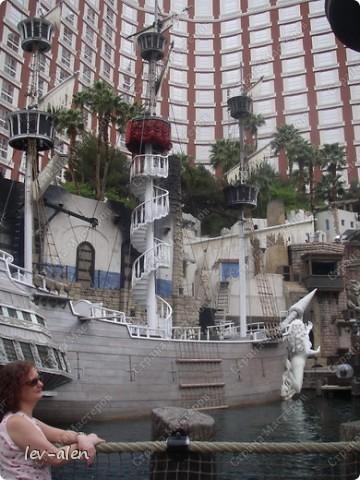 Как вы думаете, такое возможно? Вполне, причем проснувшись в Париже можно неспеша дойти на обед в Нью-Йорк, заглянув в Венецию, а затем отправится на пиратский остров. Я решила поделиться с вами рассказом об очень интересном городе, о котором слышали практически все. Это город-праздник, индустрия развлечений, и столица игорного бизнеса Лас-Вегас. фото 63