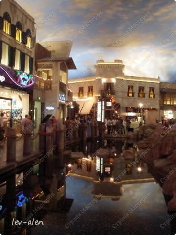 Как вы думаете, такое возможно? Вполне, причем проснувшись в Париже можно неспеша дойти на обед в Нью-Йорк, заглянув в Венецию, а затем отправится на пиратский остров. Я решила поделиться с вами рассказом об очень интересном городе, о котором слышали практически все. Это город-праздник, индустрия развлечений, и столица игорного бизнеса Лас-Вегас. фото 49