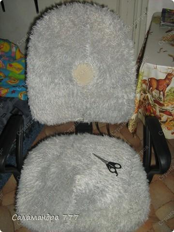 Чехол на стул я сшить решила, Чехлы я никогда не шила, Шарфик из травки служить был мне рад, Будет гламурный у стула наряд!!! фото 13