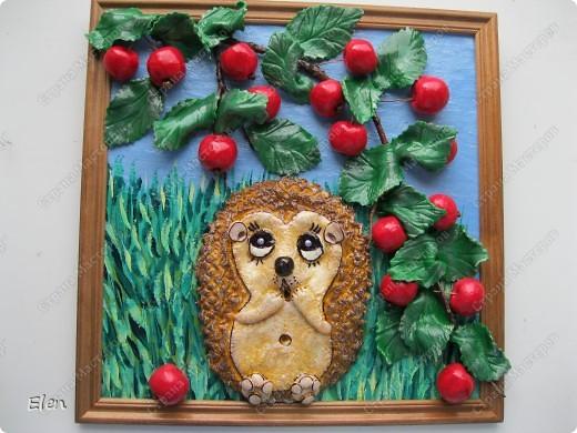 очередной ежик у меня родился,теперь только с райскими яблочками,рамка 25X25,яблочки и ежик тесто соленое,листочки холодный фарфор,фон нарисован на бортовке,которая приклеяна на стекло клеем пва фото 1